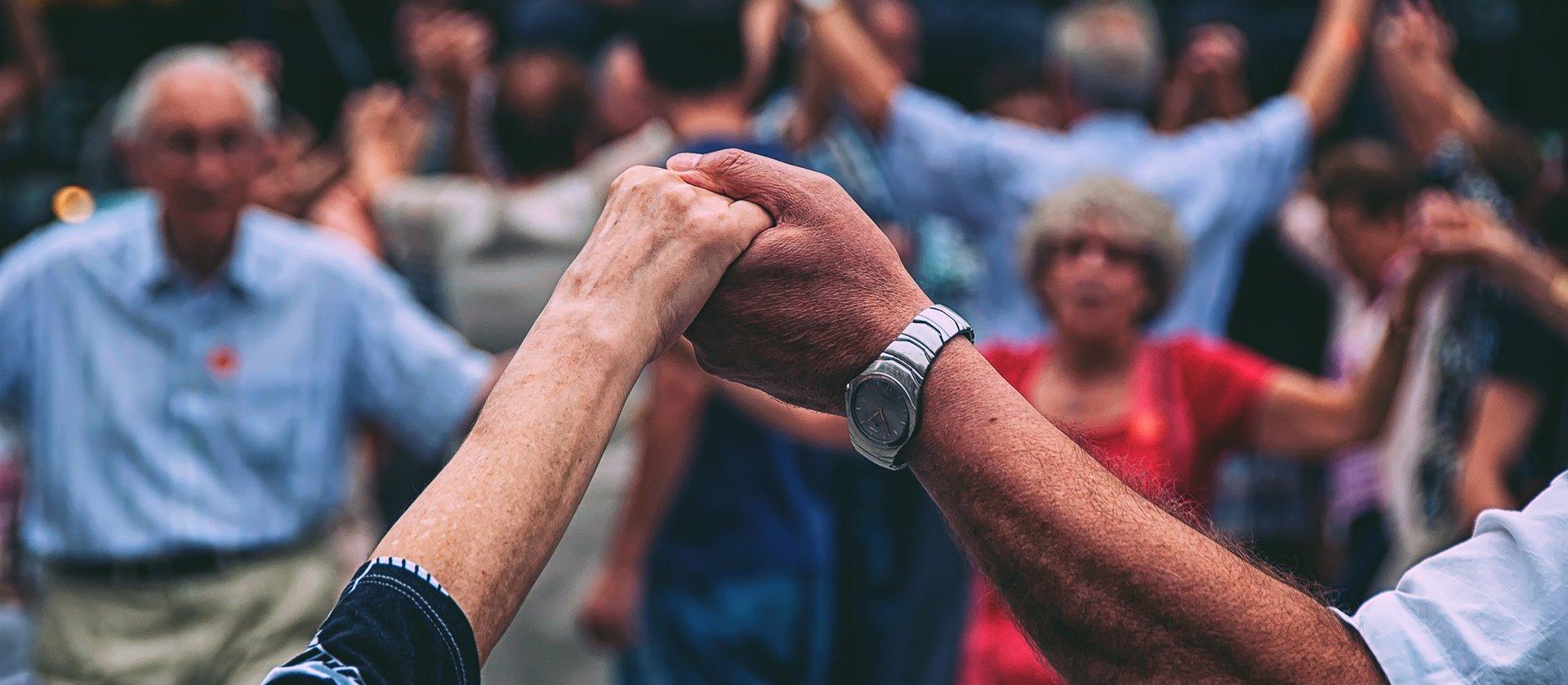 anziani felici ballano w